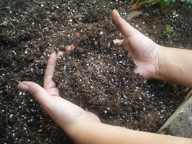 Землю поднимают руками